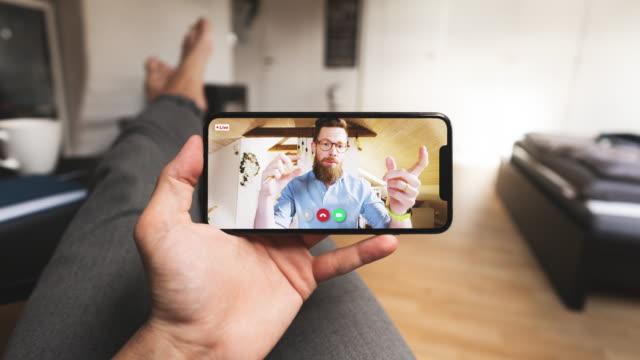 自宅のpovからスマートフォンでのビデオ通話 - 中心点の映像素材/bロール