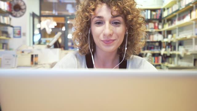vídeos y material grabado en eventos de stock de llamada de video en laptop. - usar el portátil