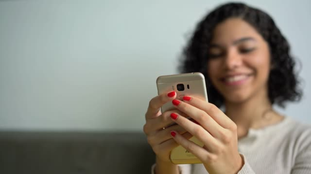 videoanruf - teenager stock-videos und b-roll-filmmaterial