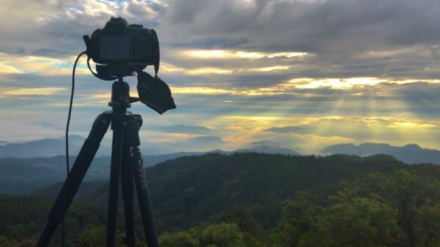 ビデオカメラは、山の上に写真を撮る - デジタル一眼レフカメラ点の映像素材/bロール