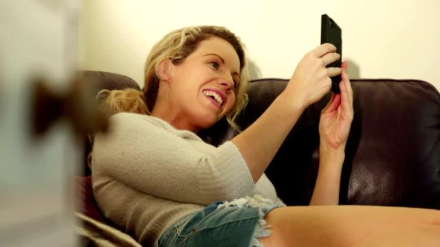 vídeos y material grabado en eventos de stock de video chat sofá re li cm - voz sobre ip