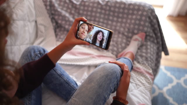 video chat con la famiglia a natale durante la pandemia - teenagers only video stock e b–roll