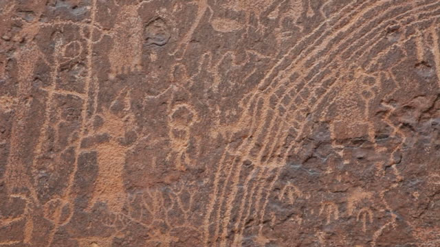 vídeos de stock e filmes b-roll de vídeo em hd close-up pedra painel de rochester petroglyphs utah - índio americano