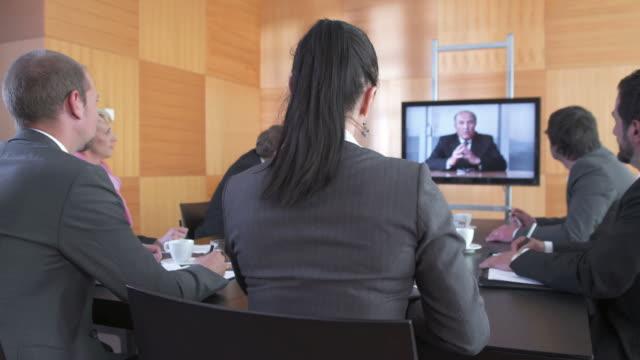 vídeos y material grabado en eventos de stock de dolly hd: videoconferencia durante la reunión - conferencia telefonica