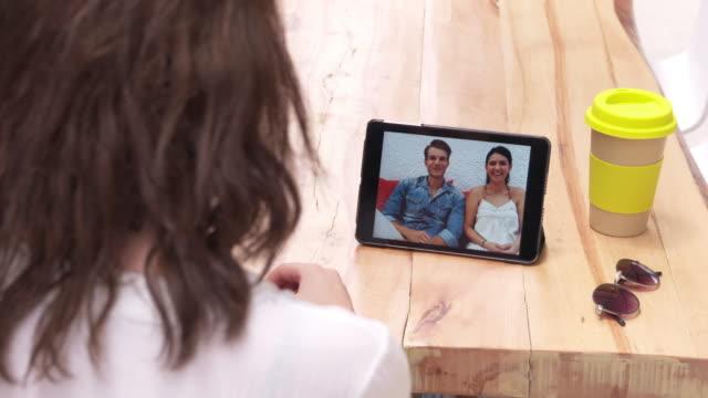 vídeos de stock, filmes e b-roll de video conferência sobre tablet digital - câmera de conferência