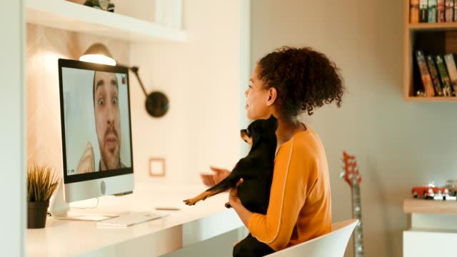 stockvideo's en b-roll-footage met videoconferentie - vermijden