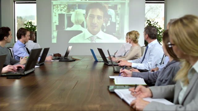 stockvideo's en b-roll-footage met ds ms video conference with business partner - directievergadering