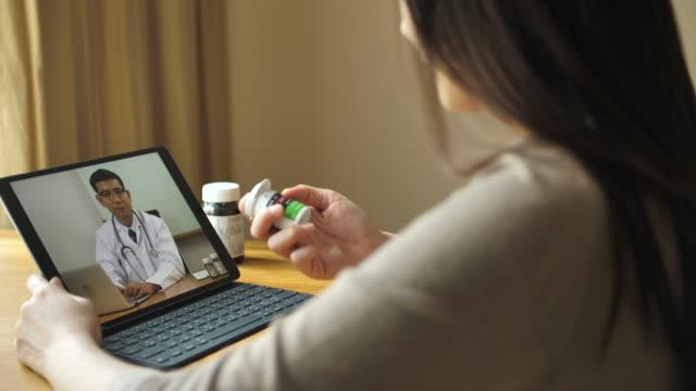 vídeos de stock, filmes e b-roll de vídeo-conferência com o médico sobre tablet digital - voip