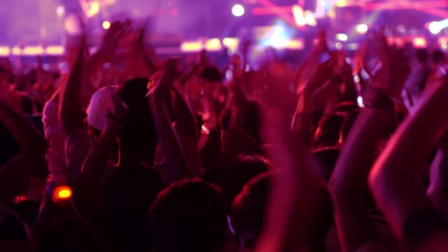 vídeos de stock e filmes b-roll de 4k video: crowded people in concert music festival. - rocking