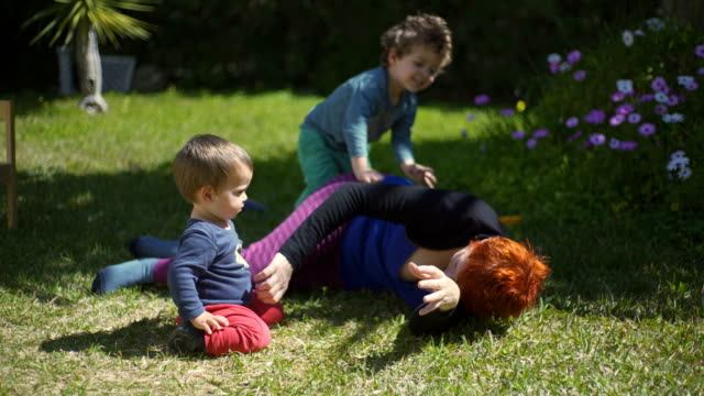 stockvideo's en b-roll-footage met 4k video - day in the life of a family - silvestre