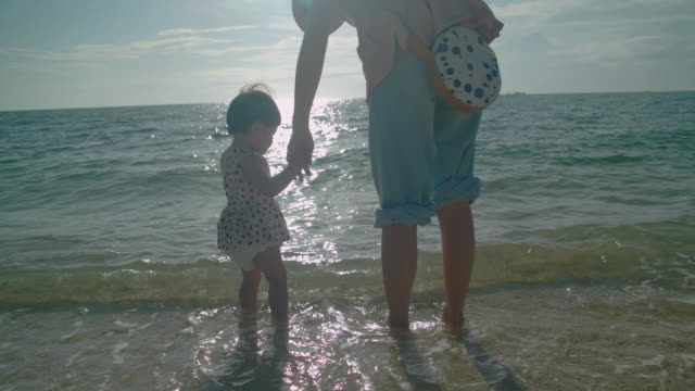 4 k ビデオ - 家族の生活の中で日 - in silhouette点の映像素材/bロール