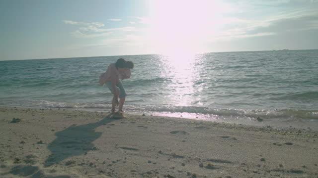 4 k ビデオ - 家族の生活の中で日 - トラッキングショット点の映像素材/bロール