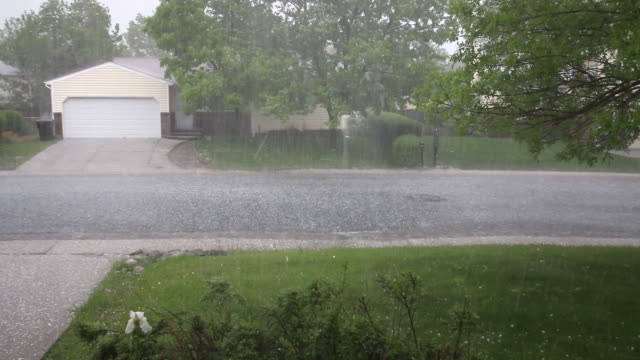 の hd ビデオコロラド州デンバーの街のお出かけの嵐 - ヒョウ点の映像素材/bロール