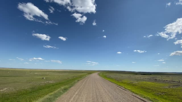 stockvideo's en b-roll-footage met pov video rijden in grassland national park, saskatchewan, canada - onverharde weg