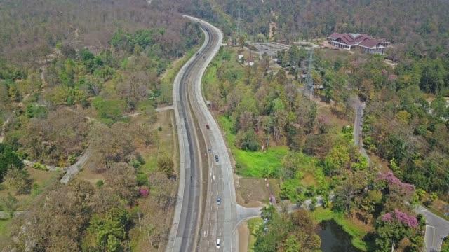 vídeos de stock, filmes e b-roll de vista aérea de drone vídeo sobre a estrada - legislação