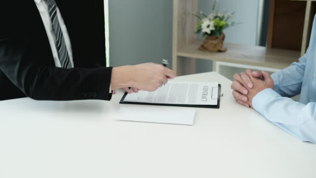 vídeos de stock e filmes b-roll de 4k video footage of businessman giving money while making deal to agreement a real estate contract and financial corporate - making money