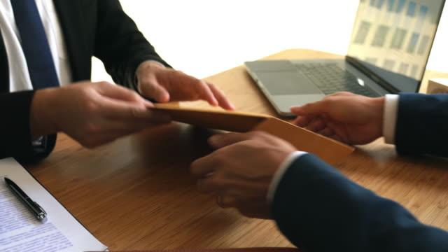 vídeos de stock, filmes e b-roll de vídeo 4k vídeos de funcionário enviar uma carta de demissão para boss para sair da empresa - determinação