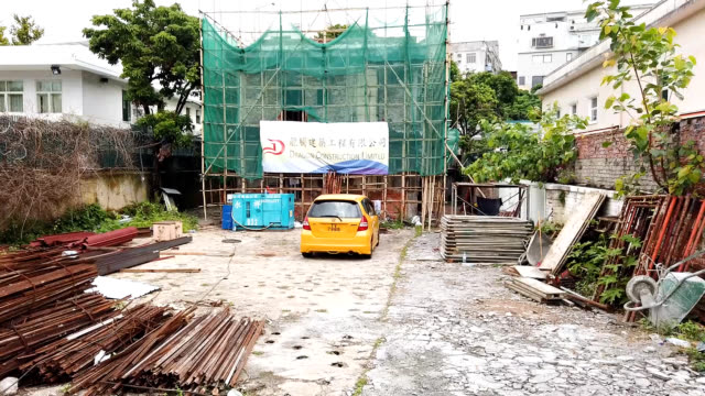vidéos et rushes de video footage shows the derelict former hong kong home of martial artist and movie actor bruce lee surrounded by scaffolding as it awaits demolition... - précédent