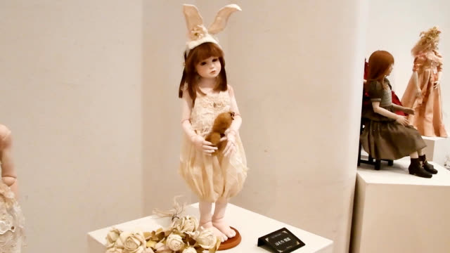 video footage taken in kochi shows dolls in lifelike poses at an exhibition of more than 100 works at a local culture center continuing until june... - ドール点の映像素材/bロール
