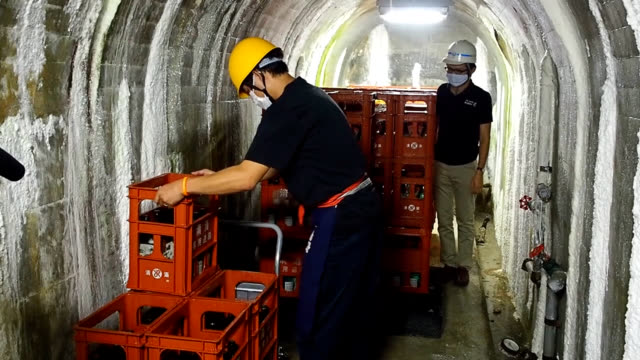 video footage taken on aug. 31 at yahagi dam which straddles aichi and gifu prefectures shows local sake distillers rolling out cases of their... - 老化点の映像素材/bロール