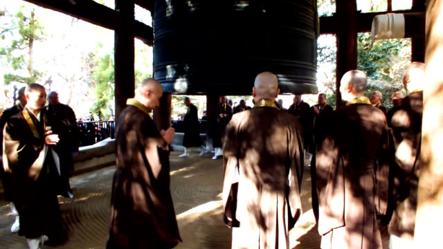 video footage taken on dec 27 at chionin the head temple of the jodo shu buddhist sect located in higashiyama ward of kyoto shows a team of monks as... - 僧点の映像素材/bロール