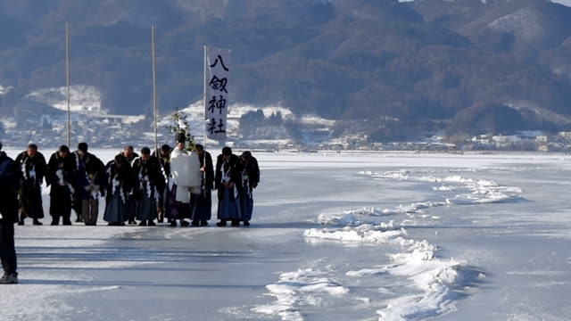 video footage taken on feb 5 in nagano prefecture shows priest and parishioners from yatsurugijinja shrine in suwa performing a ritual on the frozen... - 司祭点の映像素材/bロール