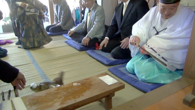 video footage taken on january 14japan at suwajinja shrine in the nittsuma district of narita chiba prefecture shows a young boy dressed in priest's... - 司祭点の映像素材/bロール