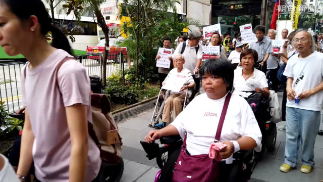 video footage taken on july 17 in hong kong shows elderly citizens some in wheelchairs turning up in a show of support for younger residents who have... - 抗議者点の映像素材/bロール