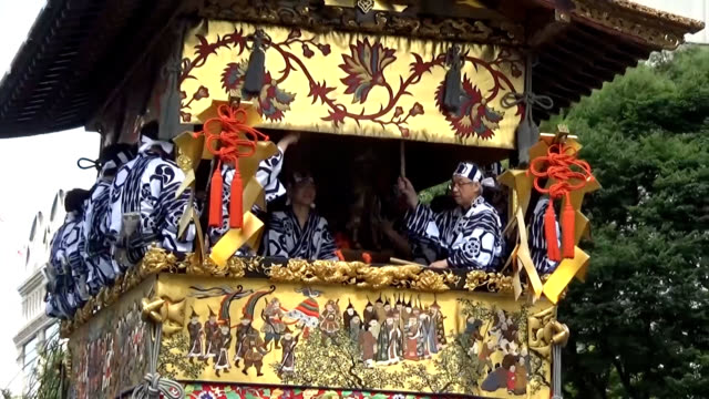 "vídeos y material grabado en eventos de stock de video footage taken on july 24 in central kyoto shows highlights from the ""atomatsuri"" latter portion of the city's famed gion matsuri festival... - ornate"