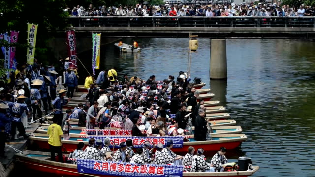vídeos de stock, filmes e b-roll de video footage taken on may 30 in fukuoka shows kabuki performers waving back from boats to crowds along the banks of the hakatagawa river about 30000... - prefeitura de fukuoka