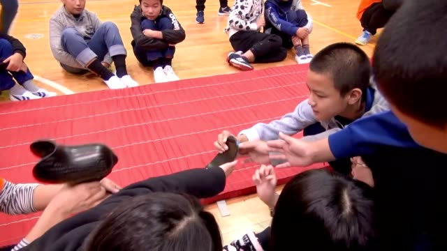 vídeos de stock e filmes b-roll de video footage taken on nov. 6 at a combined primary and junior high school in fujikawaguchiko, yamanashi prefecture, shows students trying out... - membro