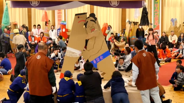 vidéos et rushes de video footage taken on november 11japan in tomi nagano prefecture shows two wrestlers made from cardboard in a thumping match during a tournament... - lutte concepts