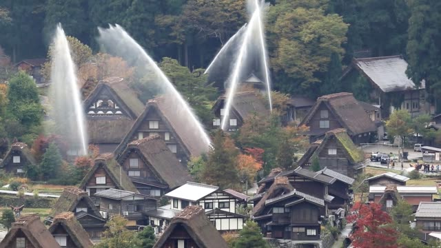 "vídeos y material grabado en eventos de stock de video footage taken on oct 28 shows plumes of water arching over historic steeply thatched ""gasshozukuri"" houses in the village of shirakawa gifu... - techo de paja"
