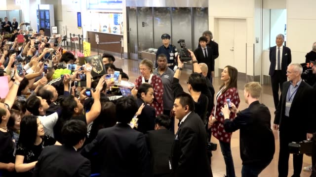 video footage taken on the evening of oct 29 shows paul mccartney arriving at tokyo's haneda airport ahead of a series of solo concerts beginning oct... - ポール・マッカートニー点の映像素材/bロール