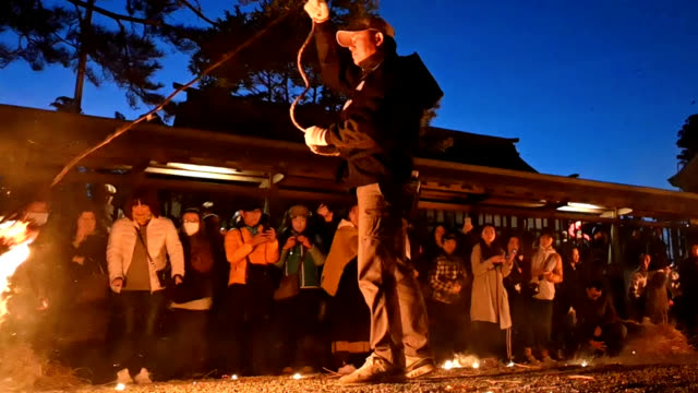 video footage taken on the night of march 24 at asojinja shrine in aso, kumamoto prefecture, shows parishioners spinning burning bundles of straw on... - 豊富点の映像素材/bロール