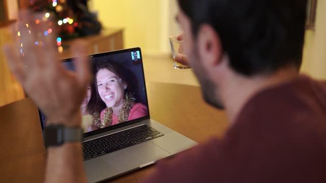 stockvideo's en b-roll-footage met 4k video friends teleconferencing en het vieren van online new years eve party thuis, tijdens covid-19 pandemie - feest en gedenkdagen