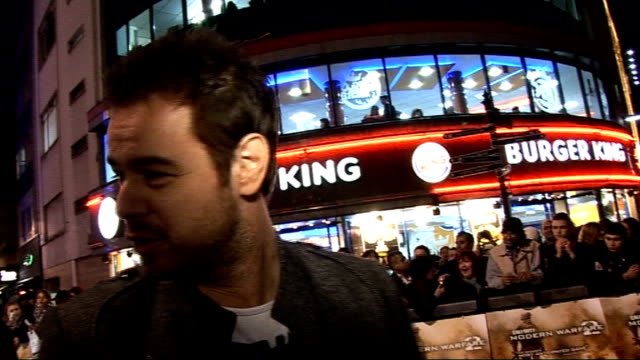 vidéos et rushes de 'call of duty modern warfare 2' premiere danny dyer with cigarette in mouth signing autographs dyer interview sot surprised by scale of premiere /... - sean bean