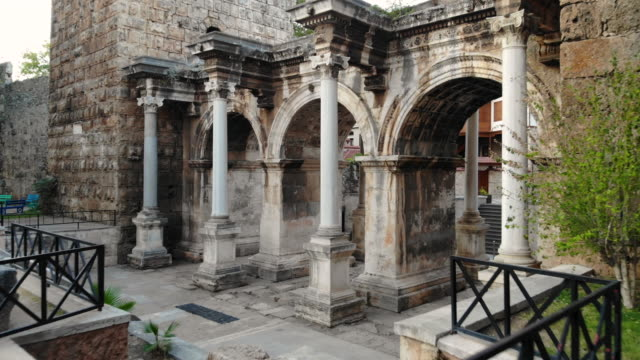 4k video, hadrian's gate in antalya, turkey - colonna architettonica video stock e b–roll
