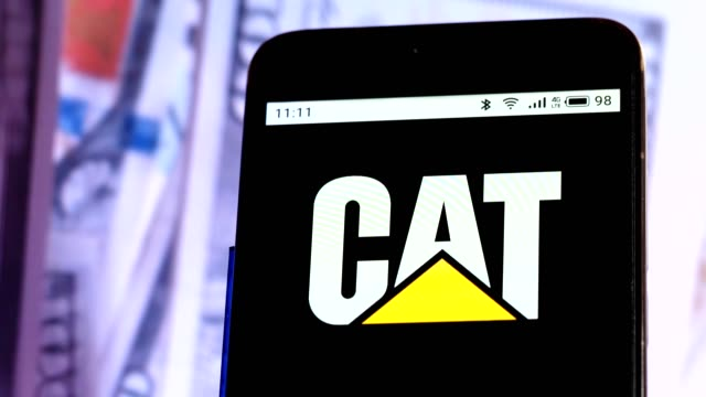 vídeos de stock e filmes b-roll de video illustration the logo of caterpillar inc. is displayed on a smartphone in hands counting 100 dollar bills video taken in kiev, ukraine, on... - caterpillar inc