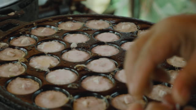 video khanom krok - coconut pudding , thai dessert - savory food stock videos & royalty-free footage