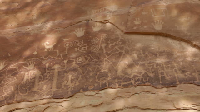 hd-video-große platte von mesa verde np-petroglyphen colorado - mesa verde nationalpark stock-videos und b-roll-filmmaterial