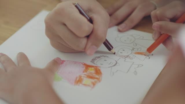vídeos y material grabado en eventos de stock de video little girl dibujo corazones en la tarjeta del día de las madres - pintura equipo de arte y artesanía