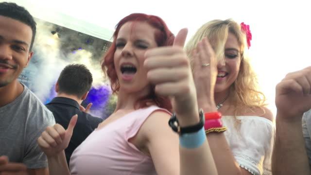 Video gemacht mit einem Smartphone von zwei Frauen tanzen bei einem Konzert