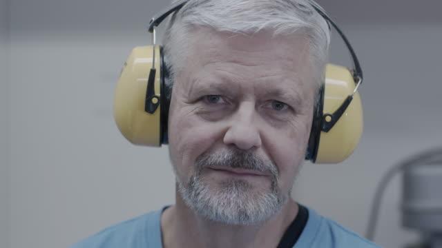 vídeos de stock e filmes b-roll de video male portrait close-up - protetor de ouvido