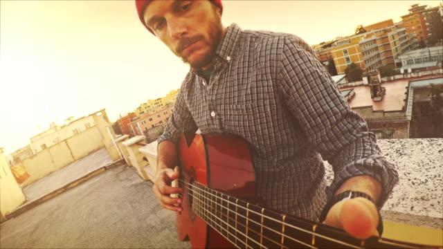 POV-video: Mann spielt Gitarre auf der Terrasse