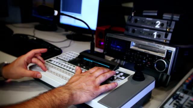 vídeos de stock, filmes e b-roll de misturador de vídeo - estúdio de televisão