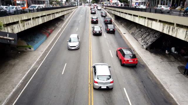 vídeos de stock, filmes e b-roll de vídeo motionlapse levado na avenida paulista. - traffic time lapse