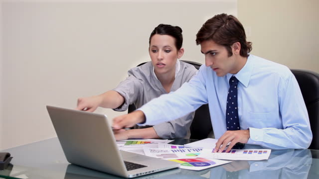 vídeos de stock e filmes b-roll de video of a business people working - camisa e gravata
