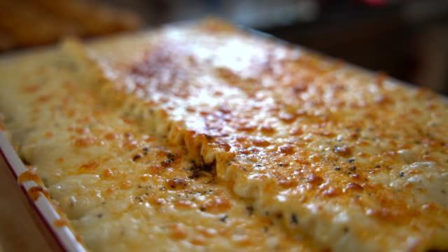 video einer gekochten lasagne. - käse stock-videos und b-roll-filmmaterial