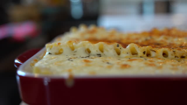 vídeos y material grabado en eventos de stock de vídeo de una lasaña cocida. - preparación de alimentos